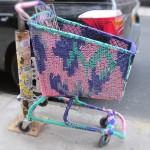 chariot tricoté dans une rue - yarn bombing