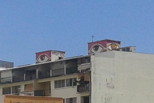 b bird yeux sur les toits street art