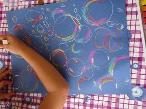 dessin fond bleu bulles enfants