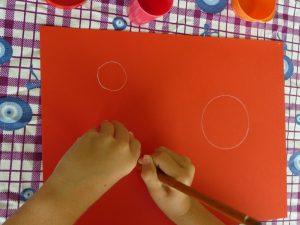 feuille rouge cercle blanc enfant