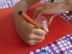 dessiner contourner papier rouge