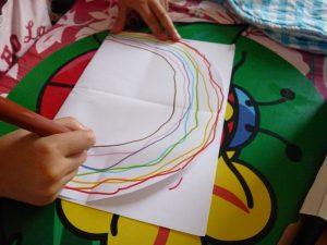 arc-en-ciel carte pop-up enfant activité dessin feutre