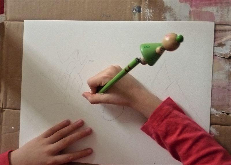 enfant dessin sur feuille blanche au crayon