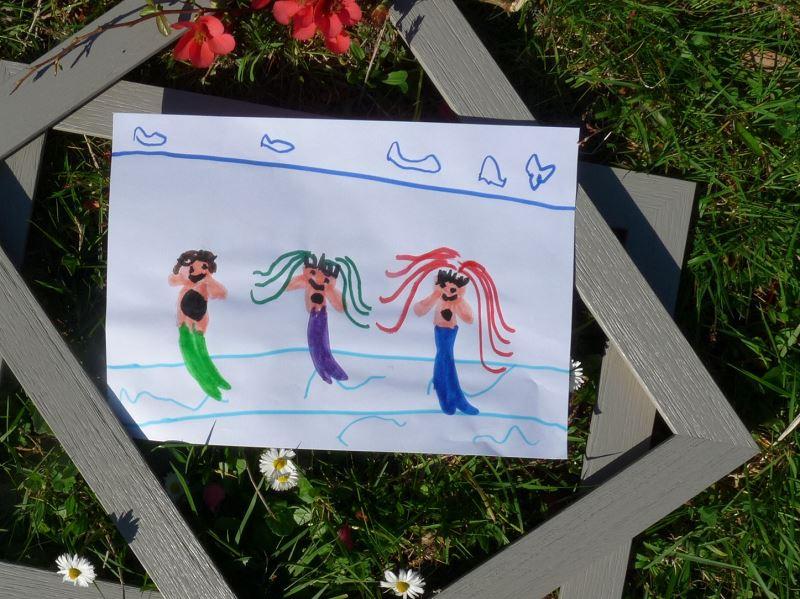 dessin d'enfant sirenes mer cheveux dans l'herbe cadre