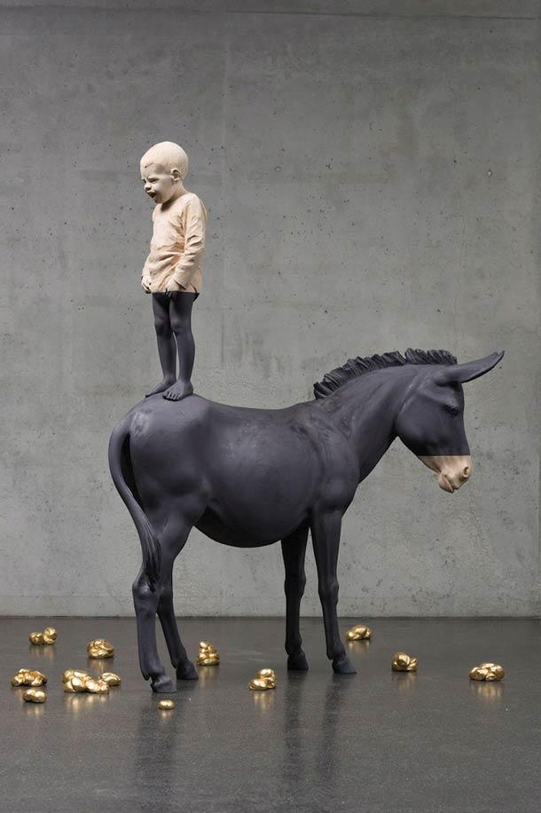 willy verginer sculpture en bois enfant debout sur cheval