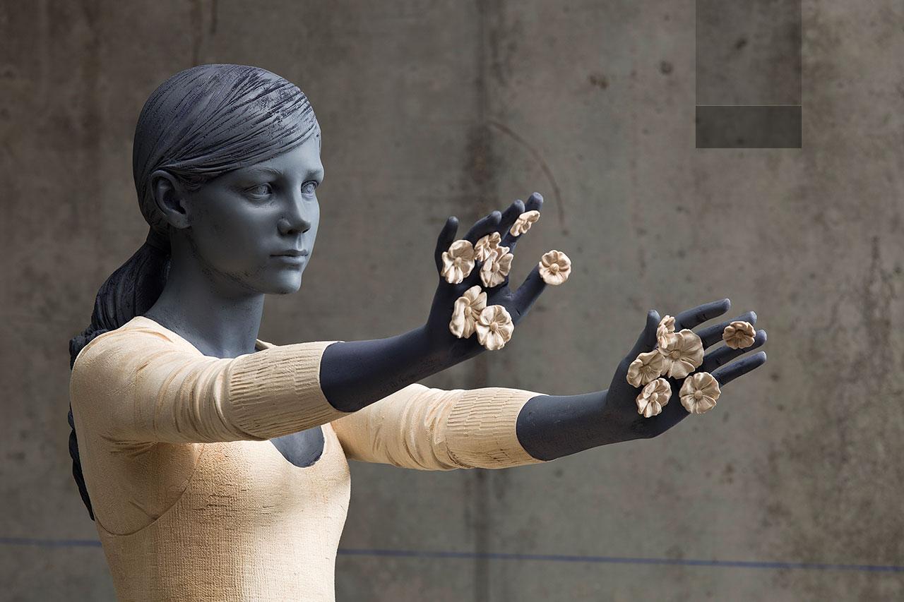 willy verginer sculpture en bois fleur dans les mains femme