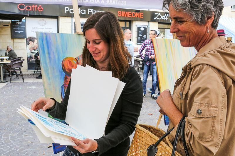 elize artiste peintre peindre en public tableau marché échanger discuter